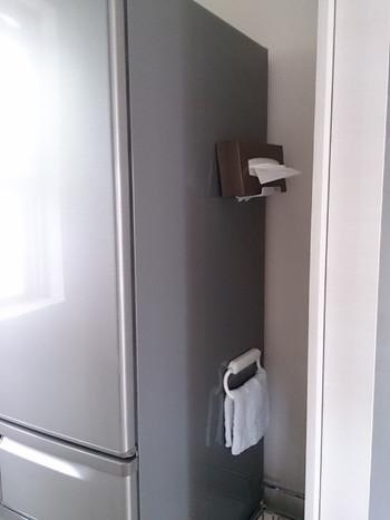 隙間を覗くと、こんな所にティッシュと雑巾が!死角を上手く利用したアイディアです。
