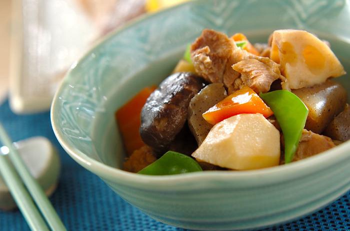 素材それぞれの味が生きた筑前煮は、日本人が落ち着く定番おかずです。彩りも鮮やかで、一年中食べたい一品。