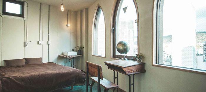 キングサイズの大きめのベッドが置かれた二人用の個室。机、椅子、洗面台が設置され、少しゆとりがあります。Lenで一番広い部屋です。