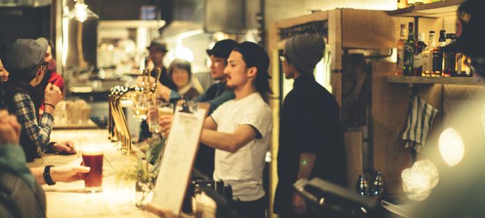 17時からはバーとしてお酒を楽しむ人々も。クラフトビールが日替わりで飲めたり、各国のボトルビール、カクテルも多数あります。スタンディング席もあるので気軽に自由に会話を楽しみながら飲める環境がうれしいですね。