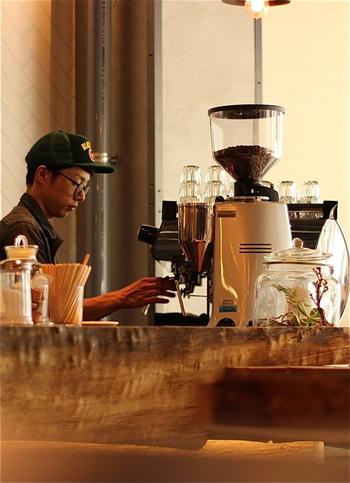 朝8時から美味しいコーヒーが飲めます。日本人に馴染みの深い深煎りの他にスペシャルティコーヒーと呼ばれる全体の流通量の5%ほどしかない豆を含めた三種類の珈琲豆を取り揃えて提供。ドリップは17時までで注文は22時までできます。