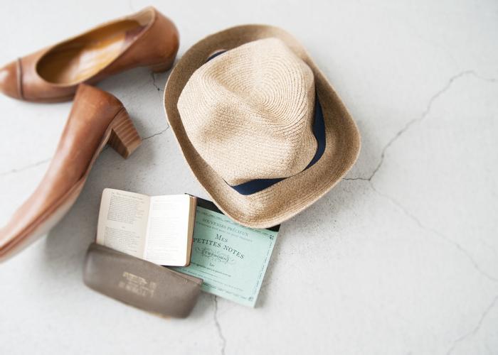 服装が軽くなる夏こそハットの出番。シンプルなカットソーやシャツスタイルに合わせるだけでも一気におしゃれな雰囲気に。特に麦わら帽はとにかく涼しげ。今の季節ならではのおしゃれを楽しみたいですね。くしゃっとコンパクトにまとめることが出来るものも多く、機能面でも使いやすいものが多いです。