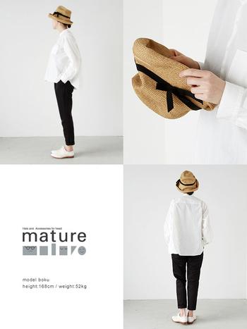 神戸を拠点とするハットブランド<mature ha.(マチュアーハ)>の帽子は柔らかな素材感でくしゃっと形を変えられ、様々なかぶり方ができるのが特徴。品の良さと程よいラフさのバランスが絶妙で、シンプルなコーディネートにさらりと合わせるのがおすすめです。