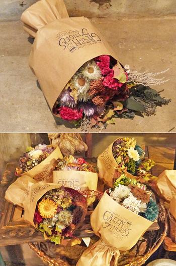 華やかなドライフラワーのブーケは贈り物にぴったり。