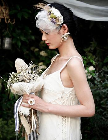 プリザーブドフラワーやドライフラワーなど天然素材のブーケやヘッドドレスから、グリーンにあふれたパーティのセッティングまで、こだわりの結婚式を演出。