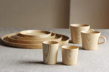 北海道の旭川市に工房をかまえる「高橋工芸」。テーブルウェアを中心とした木工製品を手がけられています。 すべてろくろ挽きによって作られた数々の手仕事はどれも手に馴染むなんともいえないフォルムです。 シンプルで長く使うことのできるモノたちはとても愛着がでます。