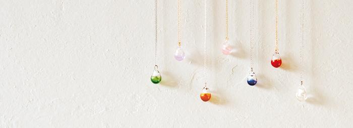 ひとつひとつハンドメイドで作られた、ガラスや土器作品のお店「タビノキセキ」。人気のアロマペンダントは、ペンダントトップの中に香水やアロマオイルを垂らして香りを楽しむことができます。