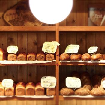 神戸の「ベッカライビオブロート」は石臼で自家製粉した全粒粉で作るドイツパンのお店。 バッグの表と裏で異なるパンの写真をプリント。(1枚目の写真)(画像提供:made in west)