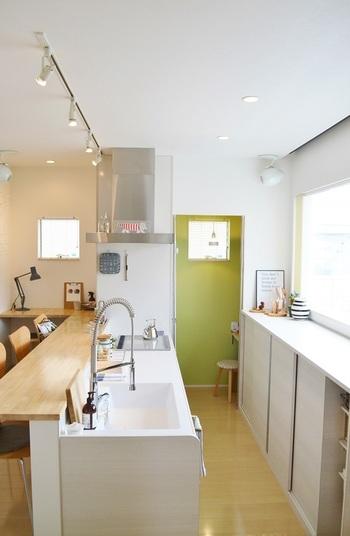 白やメープル調の家具を基調とした綺麗なキッチン。リサ・ラーソンのマイキーや、デンマークの木製オブジェなど北欧雑貨をさりげなく飾るセンスは是非参考にしたいですね。