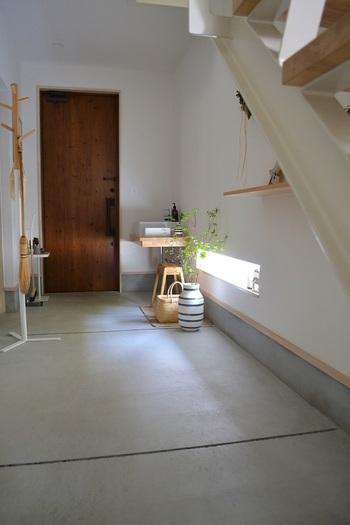 MIさんはグリーンの取り入れ方もとっても上手。玄関の土間はデンマークの老舗メーカー「KAHLER(ケーラー)」の人気シリーズ、しましまが可愛い「omaggio(オマジオ)」のフラワーベースで飾られています。さりげなく掛けてある箒やお買い物かごも憧れてしまいますね。
