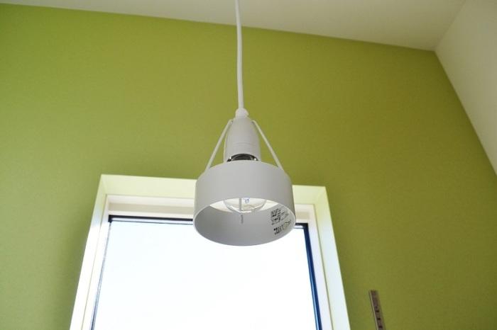 照明はルイスポールセンのペンダントライト。北欧グリーンの壁紙との相性も抜群。