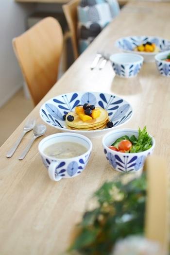 北欧風の食器にお子様の朝食のパンケーキを。お料理も盛り付けもとってもお上手です!色とりどりの食材と青と白の食器が爽やかな朝を演出。