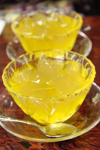 こちらの「愛玉子」専門店では、レモンシロップでいただきます♪ 感触はゼリーよりはかためで、寒天よりはやわらかめ。ぷるぷるして、後味サッパリ!