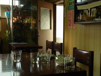 レトロな空間が広がります。ボックス席は戦前からのもの。テーブルや扇風機などの調度品は昭和初期の趣をそのまま残しています。