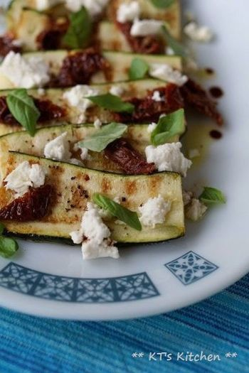 焼いたズッキーニを塩・コショウ・バルサミコ酢で味付けし、ドライトマト・フェタチーズ・バジルを乗せたサラダ。シンプルだからこそ、素材の味が光る一品です。ナスやパプリカを一緒に焼くのもおすすめだそうですよ☆