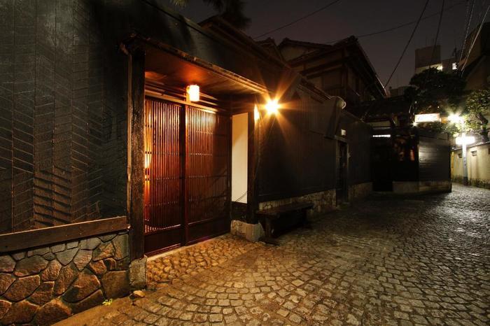 神楽坂でも飯田橋駅に近いほうにある、黒板塀に囲まれたお店です。周囲は石畳が整備され隠れ家的な料亭が多く並ぶ、往時の花街を伺わせる雰囲気ある一帯となっています。