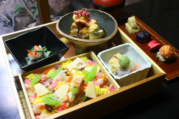 ランチは季節により内容が変わります。本店が京都にあるためか、細やかで上品かつ彩豊かなメニューが多いです。こちらは海鮮ばらちらしと小鉢が色々付く「爛漫」です