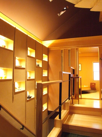 店内はうって変わって明るく、さり気なく酒器を飾った棚などのインテリアが素敵です。1階は広めのカウンター席とテーブル席、2階は個室になっています。