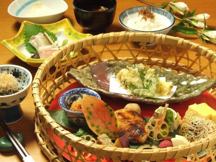ランチメニューは「流」と「潤」の2種類。潤には先付け、お刺身、天ぷらが付きます。写真は潤の、籠に入ったアラカルトです。季節により食材や内容が変わりますが、いつ見ても美しい。そして美味しいです。