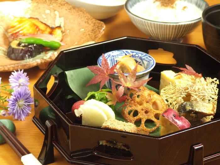 こちらの写真は流のアラカルト。季節の食材を使った料理がたっぷり詰まっています♪