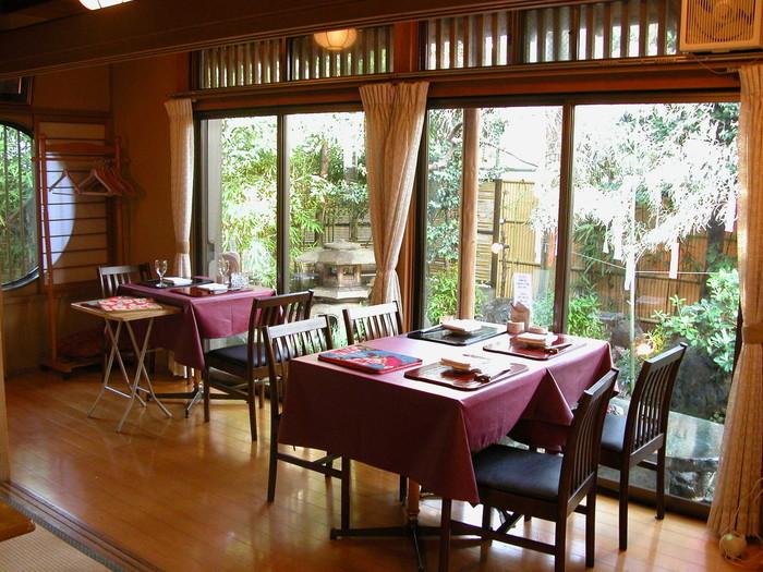 2階建てのこちらのお店は1階がテーブル席、2階が個室になっています。趣ある和風庭園を眺めながら、ゆったりとした雰囲気の中で食事ができます。