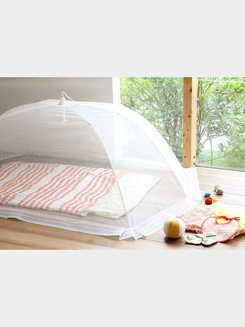 奈良の特産品であった「蚊帳生地」。 もともとは就寝時に使用されていた様ですが、私たちが見たことがあるとすれば食事を虫から守るために使われていた蚊帳でしょうか。最近では、赤ちゃんを虫から守るための小さな蚊帳も人気を集めている様です。その「蚊帳生地」を中川政七商店が美しく機能的に再生したものが《花ふきん》なんです。