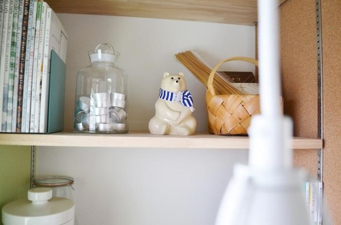 キッチンの一角にある、機能的でインテリア度も高いブックシェルフ。北欧雑貨でおなじみのシロクマ貯金箱や白樺のかごをセンス良く配置。空間の使い方がとても上手ですよね。
