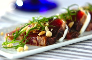 くせがないモッツァレラチーズは魚との相性も抜群!さっぱりとした味付けで、和洋の食材がなじみます。松の実の食感もポイントです。