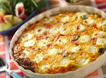 大きなオーブンオムレツはパーティにもおすすめ。じゃがいも・トマト・玉ねぎなどの具材と一緒にオーブンで焼き上げるだけで、モッツアレラチーズがとろける絶品オムレツの完成です。