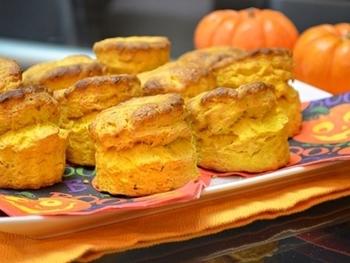 パンプキンピューレを使って焼き上げたかぼちゃスコーン。いわゆる甘くないセイボリーなスコーンです。甘くないので、パンの代わりにスープなどとも楽しめるお食事スコーンです。