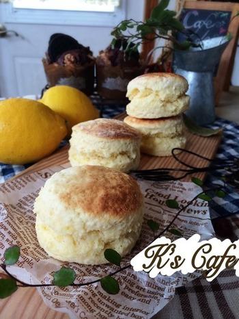 生クリームで作るレモンの香るスコーンです。グリルパンで簡単に作れちゃうので忙しい朝にもぴったり。レモン以外でも、オレンジや柚子などでも香りが楽しめそうなレシピです。
