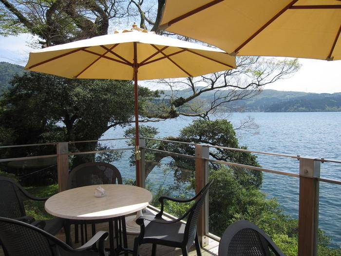 <Salom de the ROSAGE(サロン・ド・テ ロザージュ )> 山のホテル別館にあるのは、芦ノ湖に浮かぶように建つデザートレストラン。 贅沢なロケーションの中で、大人気のあつあつのりんごパイなどのデザートやこだわりの紅茶を味わえる。  ◼︎名称: サロン・ド・テ・ロサージュ ◼︎住所: 神奈川県足柄下郡箱根町元箱根80 山のホテル ◼︎営業時間: 10:00~17:00・定休日: 年中無休 ◼︎電話番号: 0460-83-6321 ◼︎公式サイトURL: http://www.odakyu-hotel.co.jp/yama-hotel/