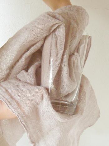綿のものはもちろん、麻素材の物は毛羽がなく、グラスや食器拭きに最適です。薄くて大きいので、デリケートなグラスも簡単にピカピカに磨き上げることが出来ます。