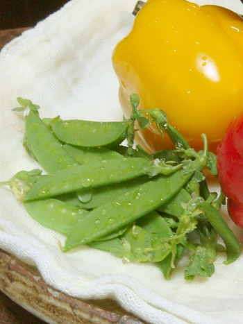 野菜の水切りに。キッチンペーパーより柔らかいので、野菜の表面に傷を付けることなく水分をふき取れます。何度も使えるのも嬉しいポイントですね。