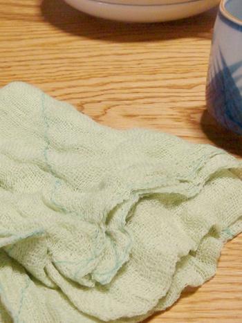 タオルや食器拭きとして活躍した後、ちょっと「くたびれた感」が出てきたら、台拭きとしてお使い下さい。大判なので、折り返して何度も拭けるのが主婦には嬉しいですね。