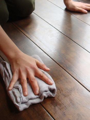 そして、最後の最後は雑巾に。厚手の通常の雑巾とは違いすぐ乾くので、さっと絞って気になるところを吹くには抜群の使い勝手です。台拭きと同様、折り返すことで何回か新しい面で拭くことが出来るので、濯ぎの手間も省けます。