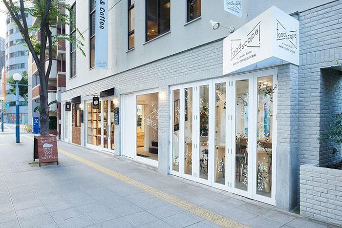 2015年6月、大阪の福島にオープンしたカフェ「foodscape!」。全国各地で幅広い食活動を展開する料理開拓人、堀田裕介さんの初のお店ということで、大きな注目と期待を集めています。店名の「foodscape!」は、食べ物を意味する英語「food」と風景を表す日本語「ランドスケープ」との造語。「食べることは生きること、生きることは暮らすこと」を信条に、お料理を通じて生産者と生活者を繋ぐ活動をしてこられた堀田さんの思いが詰まったお店です。
