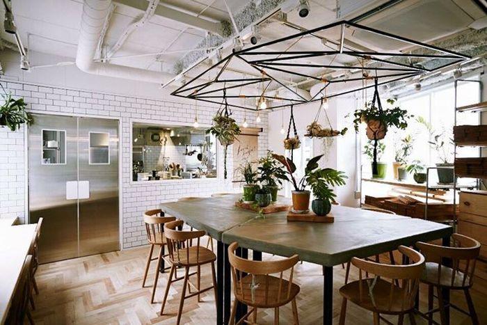 アトリエキッチンがある2階にも、客席があります。光が差し込みナチュラルな空間。料理教室やワークショップなどイベントが開催されることもあります。
