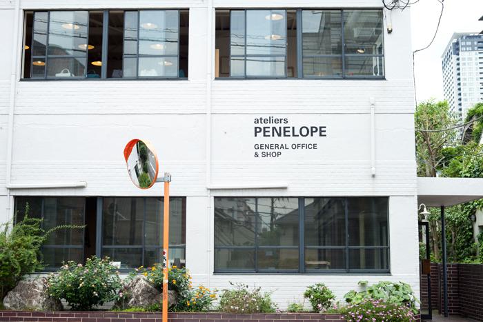 静かな住宅街の一角にあるアトリエペネロープの直営店。白壁が目印