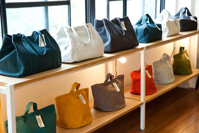 これだけの種類のバッグが揃うのは、直営店だからこそ