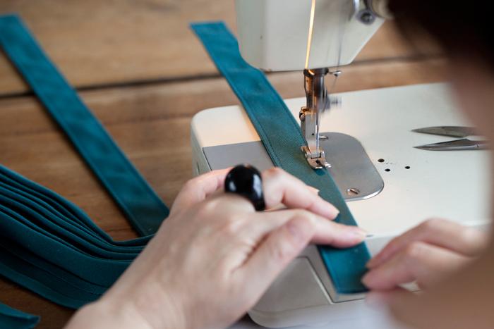 こちらはバッグの取っ手の部分を作っている様子。テンポよくどんどん出来ていきます