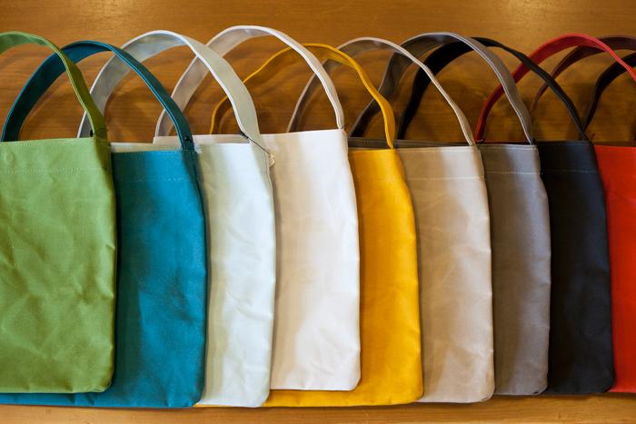 このミニバッグもアトリエ内で手作りされています