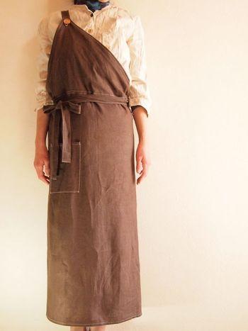 雑貨作成者「mabataki」さんの作るワンショルダーが個性的な、リネンのロングエプロン。腰下のギャルソンエプロンにもなる2WAY仕様です。