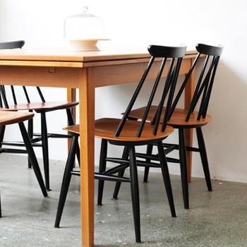 ブラックの方が人気があるようです。ブラックに塗装したパイン材のフレームが、チーク材の座面の美しさを最大限に引き立て、モダンテイストはもちろん、和にもよくマッチします。使い始めはチークの艶やかな風合いを、歳月を経るごとに味わい深く変化していく様子を楽しめるのは、新しい椅子ならでは。
