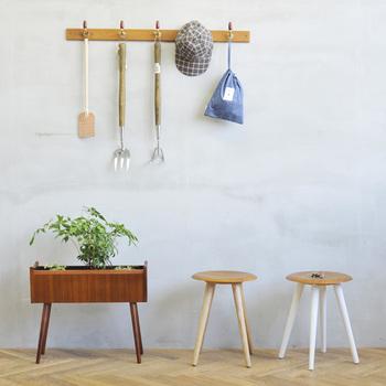 コンパクトで小回りの効く便利なスツールは、キッチン、洗面台、玄関などのちょっとした腰掛けや、リビングやベッドルームのサイドテーブルとしてなど、使える範囲が広く重宝します。艶やかなチークの座面は、経年変化も楽しめます。