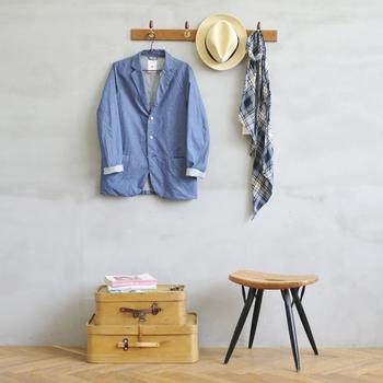 フックは2~5連まであり、チーク材の部分はナチュラルオイル仕上げとウレタン塗装仕上げの2種類が選べます。フックの存在そのものがインテリアになるような、味わいのあるデザインなので、玄関のコート掛けとしてはもちろん、リビングで、日常使いの洋服やドライフラワーなどをかけてもおしゃれですね。
