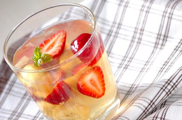 とろんとした柔らかめのゼリーに、ふわっと香る白ワインが心地良いゼリー。お好きな果物をたくさん入れて、ビタミンチャージ☆