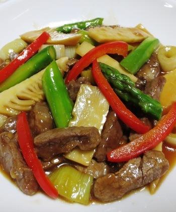 牛肉とアスパラ・たけのこなどを炒める、時間がかからない料理!お肉と野菜が一緒にとれるので栄養バランスもいい♪オイスターソースがいい味を出していて、食欲が無い時でもご飯が進む!