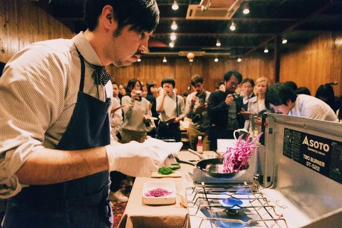堀田さんの発想力のすばらしさを感じさせるのが、食×音楽のライブパフォーマンス、「EATBEAT!(イートビート)」。独自の音楽表現を追求するhenlywork(ヘンリーワーク)さんとタッグを組み、新しい食体験を生むイベントを創出しています。堀田さんが料理するそばで、ヘンリーワークさんが調理音をサンプリングし、音楽を構築していく。イベントに参加する人は、食事をする場面のBGMとしての音楽ではなく、食にまつわる背景が音楽に変わっていく様を体感することになります。このイベントは日本各地を周り、土地の食材や食文化、そして人と出会うことで、回を重ねるごとに進化しています。