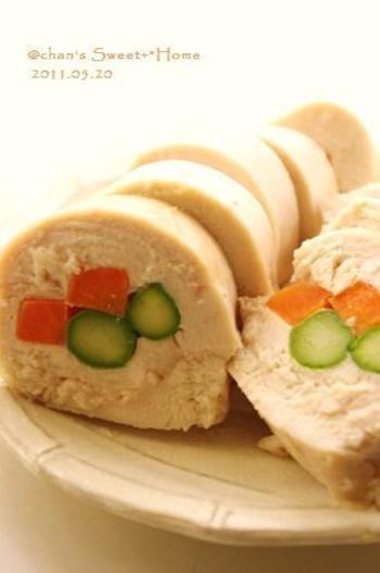 シンプルな鶏ハムでも、加熱した色鮮やかな野菜を中央に入れて包めば豪華な印象に!おもてなしにもぴったりの一品になりますね。このレシピは、電子レンジを使っています。